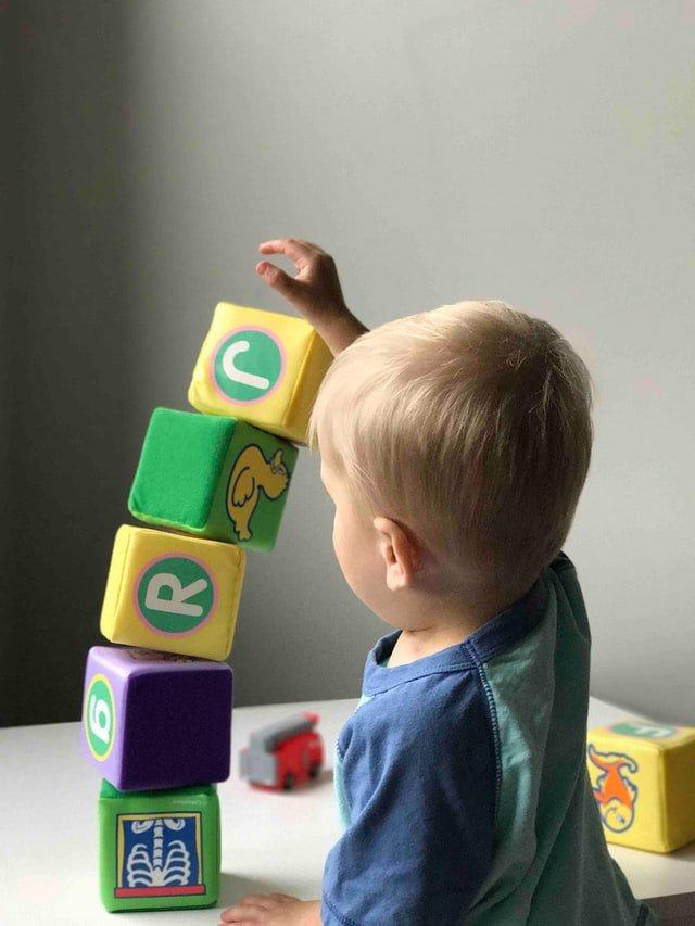 De Correspondent: Lodewijk Asscher wil de babyopvang verbeteren. Deze onderzoeken geven hem gelijk
